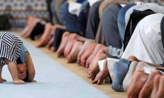anak sholat di masjid